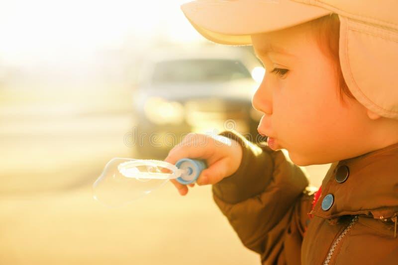 Jeu de garçon dans les bulles, enfance de bonheur d'amusement images stock