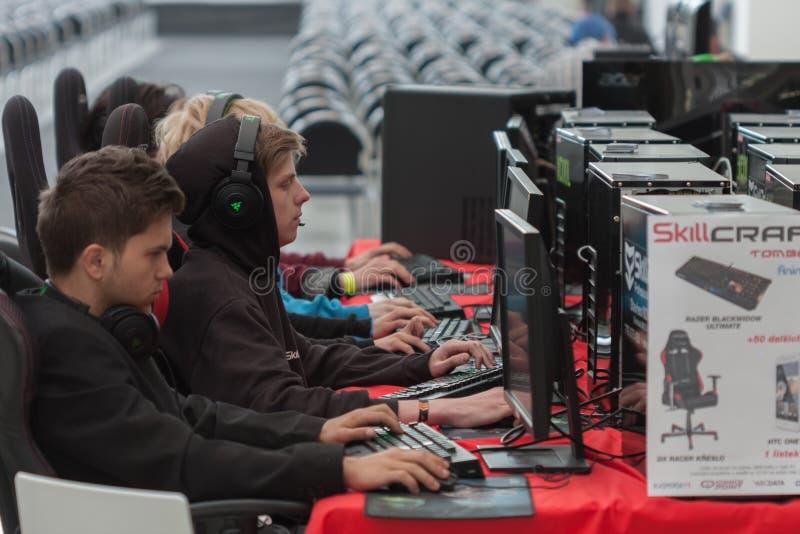 Jeu de jeu de jeunes hommes sur le PC chez Animefest photographie stock
