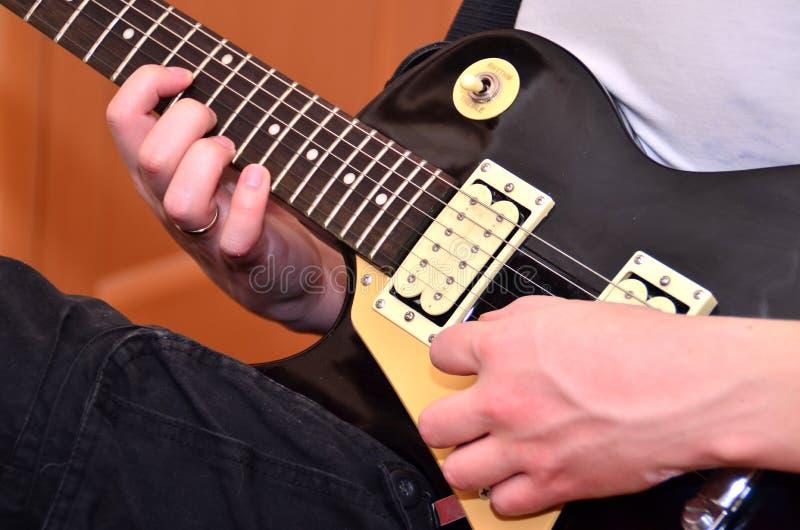 Jeu de la guitare image stock