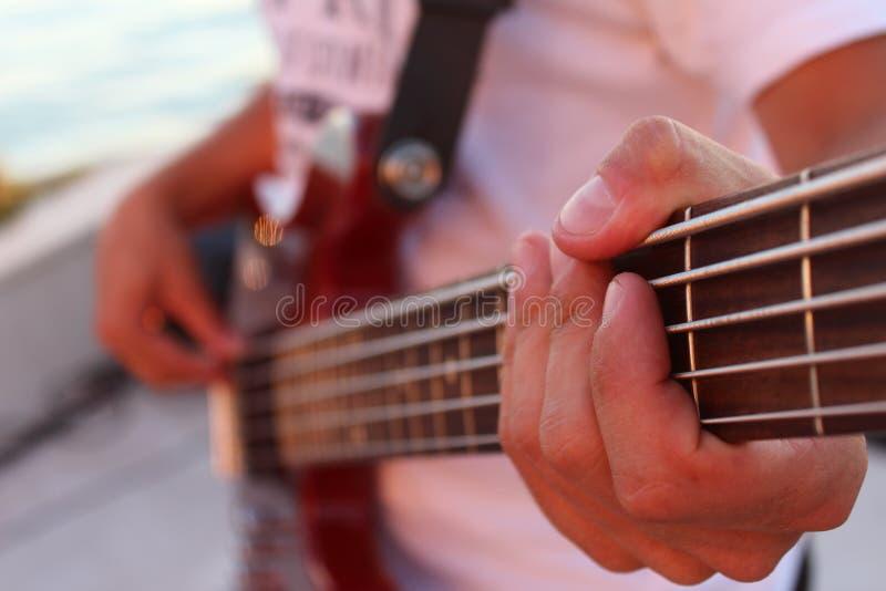 Jeu de la guitare basse images stock