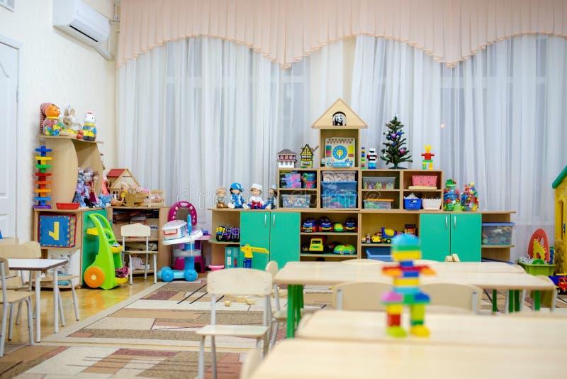 Jeu de la pièce dans une classe de jardin d'enfants photo libre de droits