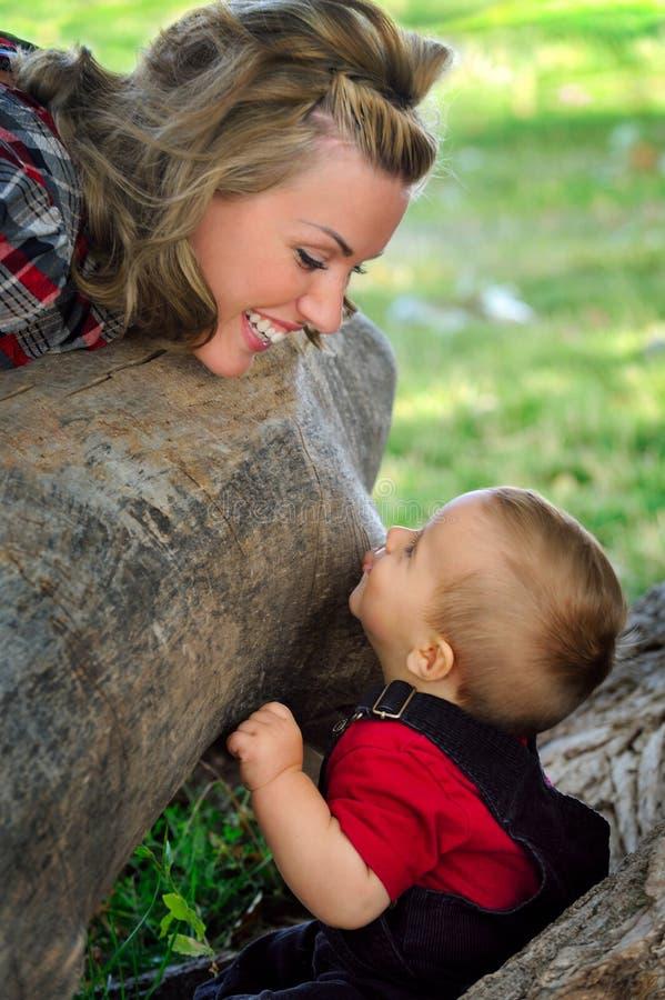 Jeu de mère et d'enfant photographie stock