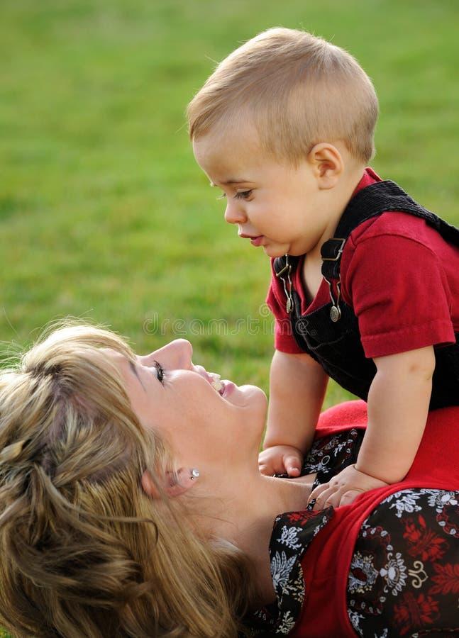 Jeu de mère et d'enfant photo libre de droits