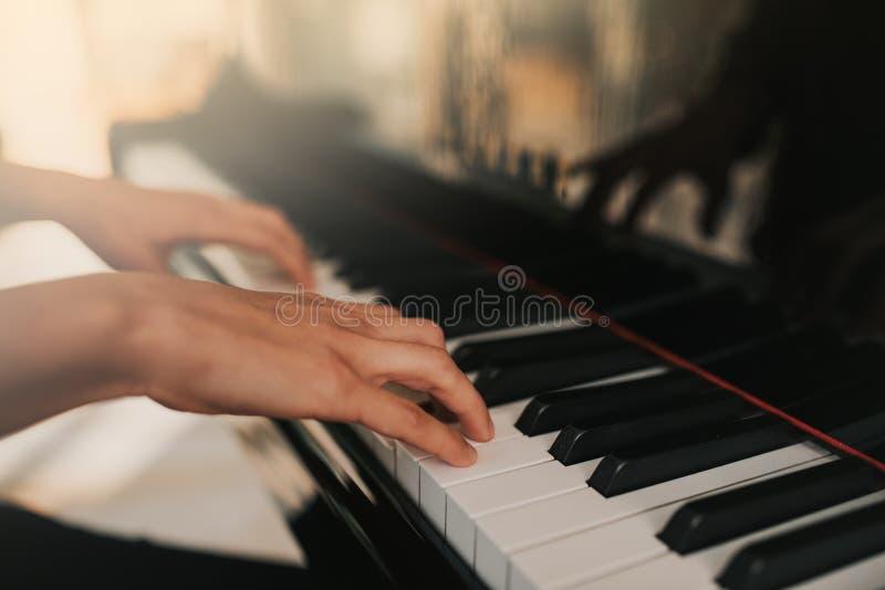 Jeu de mains de pianiste de musique de piano Détails de piano à queue d'instrument de musique avec la main d'interprète sur le fo photographie stock
