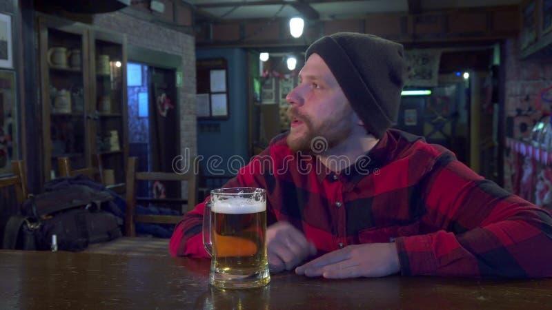 Jeu de observation de type au bar photo libre de droits