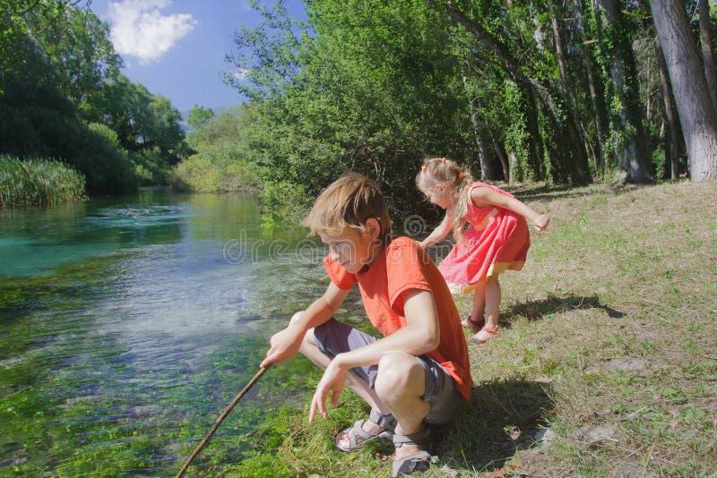 Jeu de plein air d'activité de récréation d'été d'enfants de mêmes parents sur la berge de Tirino d'Italien photos stock