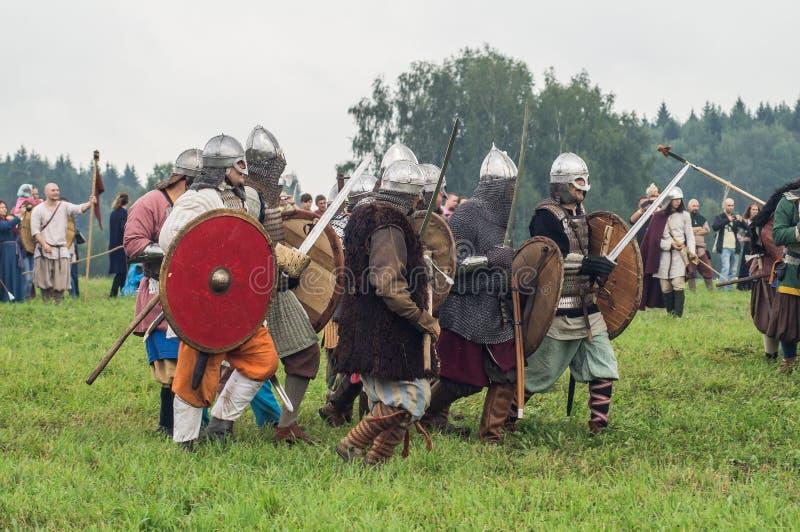 Jeu de rôle - la reconstitution de la bataille des Slaves antiques dans le cinquième festival des clubs historiques dans le secte image libre de droits