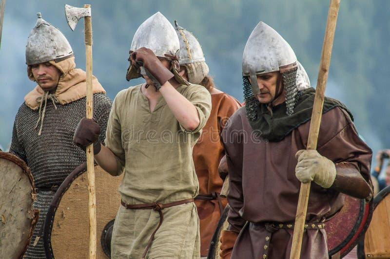 Jeu de rôle - la reconstitution de la bataille des Slaves antiques dans le cinquième festival des clubs historiques dans le secte photos stock