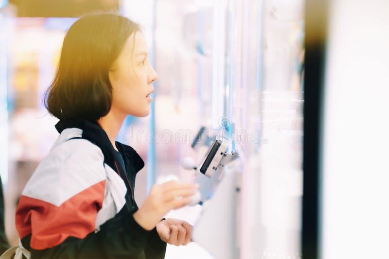 Jeu de receveur de poup?e ? Tokyo photo libre de droits