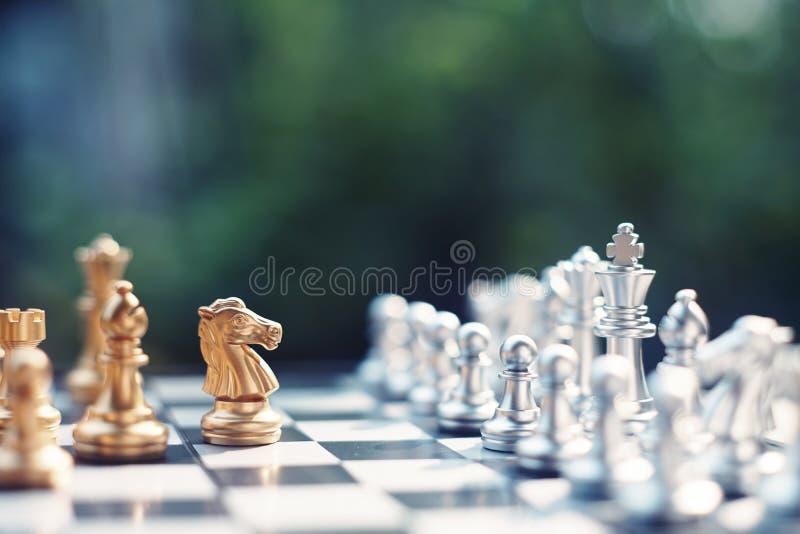 Jeu de société d'échecs, situation de gain de gagnant, ennemi sérieux de rencontre, concept concurrentiel d'affaires photographie stock