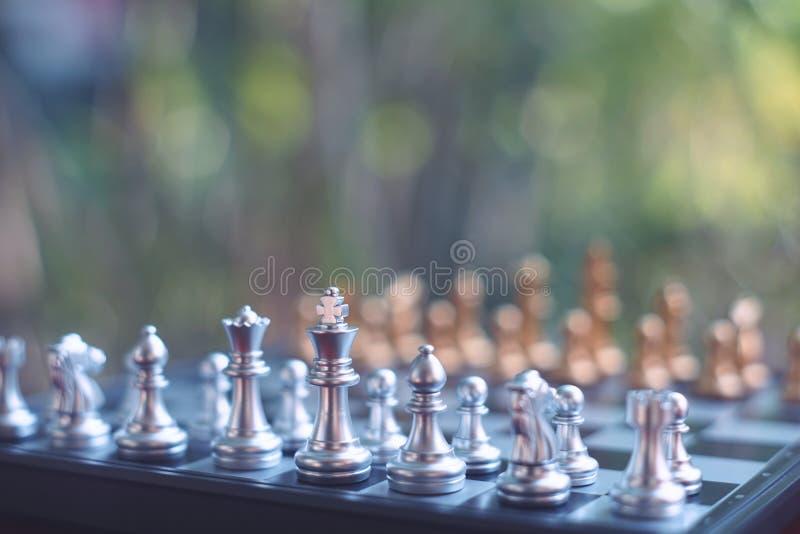 Jeu de société d'échecs, situation de gain de gagnant, ennemi sérieux de rencontre, concept concurrentiel d'affaires images libres de droits
