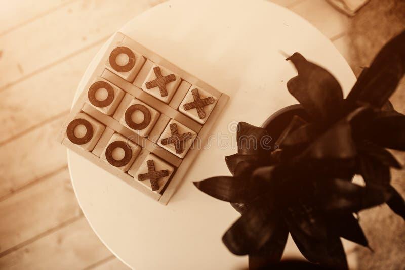 jeu de Tic-TAC-orteil dans la boîte en pierre sur la table pour le jeu de famille dans le temps gratuit photo libre de droits
