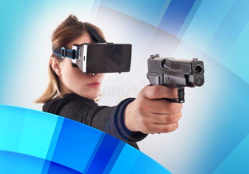 Jeu de tireur du jeu VR de femme avec l'arme à feu de réalité virtuelle et le verre de vr photos stock