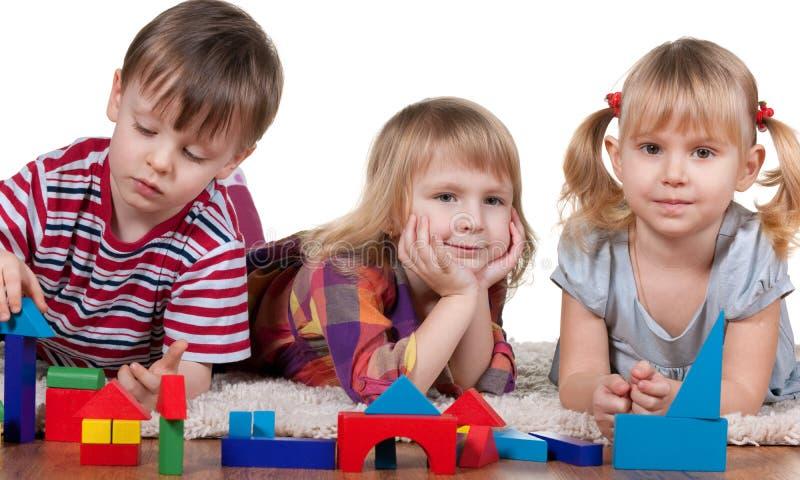 Jeu des blocs dans le jardin d'enfants photographie stock libre de droits