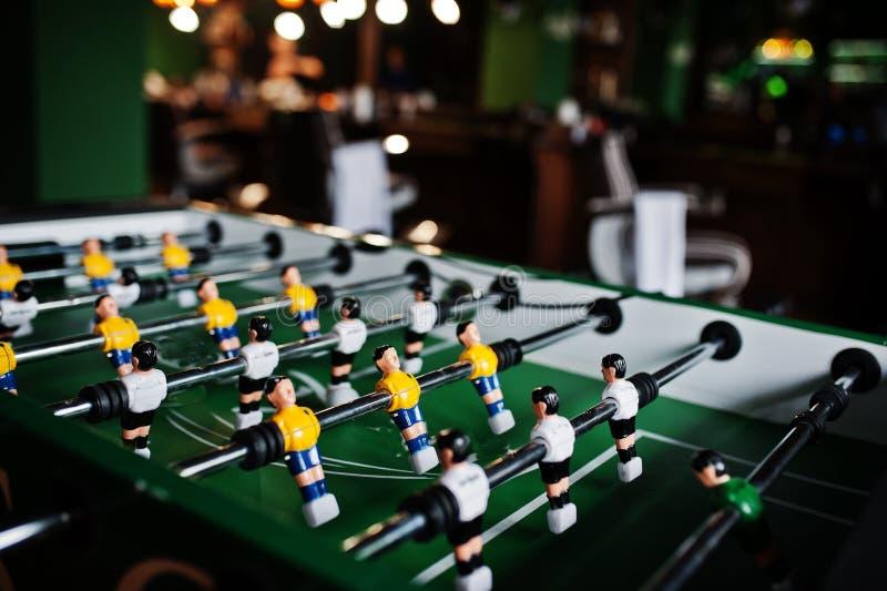 Jeu du football ou de football de Tableau avec les joueurs jaunes et blancs image stock