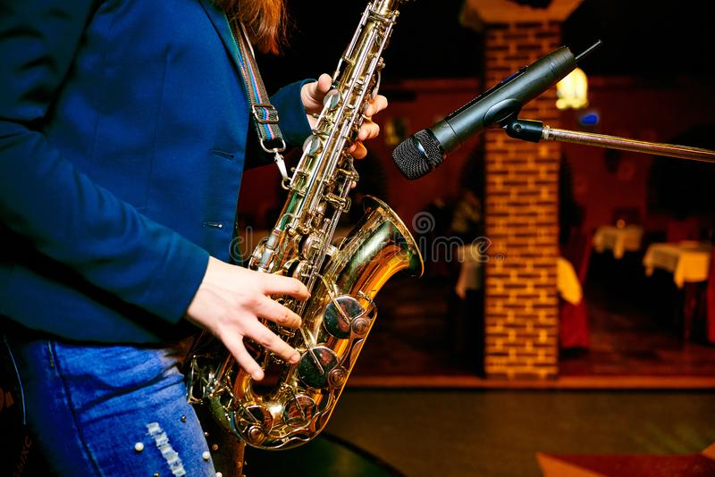 Jeu du saxophone photo stock