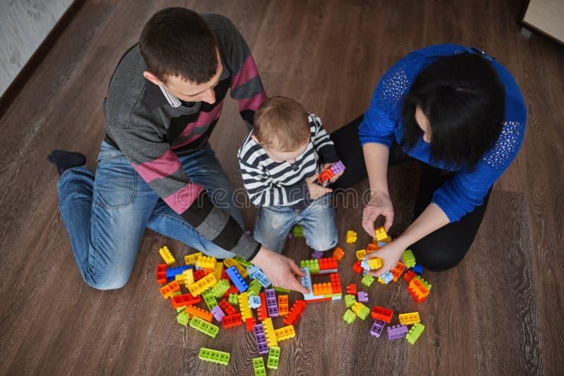 Jeu heureux de famille avec des cubes photographie stock