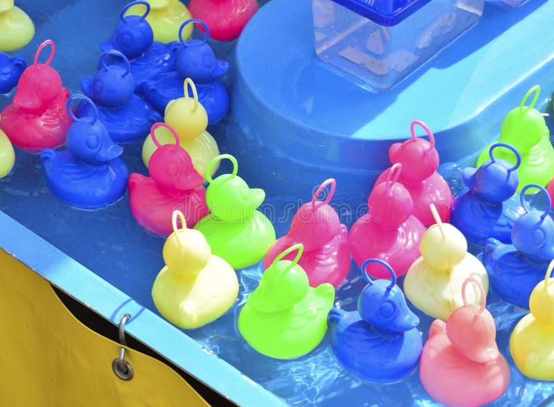 Jeu multicolore de canards pour des enfants à la foire images libres de droits
