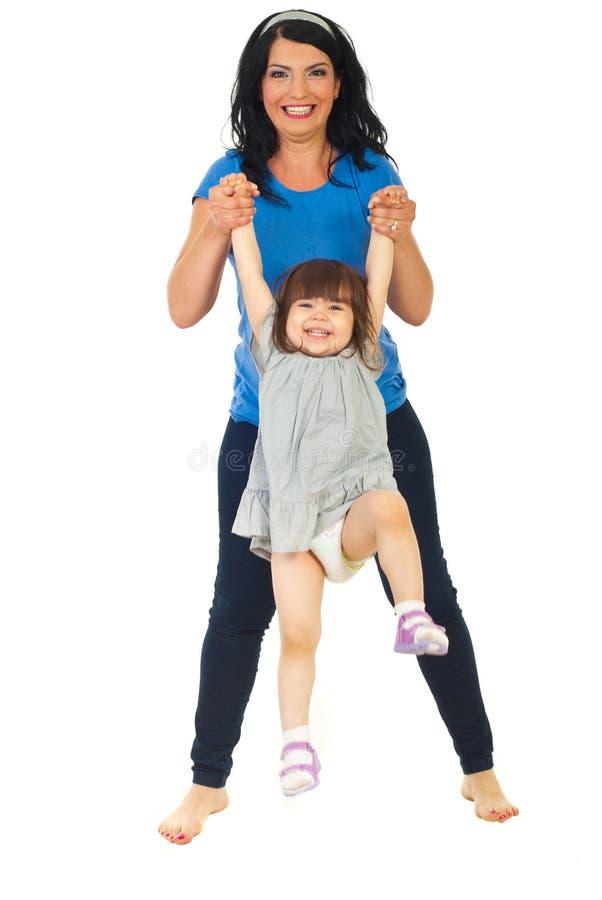 Jeu riant de mère et de descendant image stock