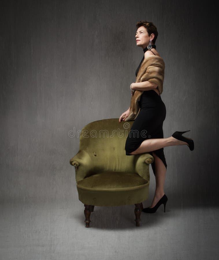 jeu supérieur de dame avec le sofa vert image stock