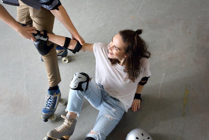 Jeu sur des patins de rouleau image libre de droits