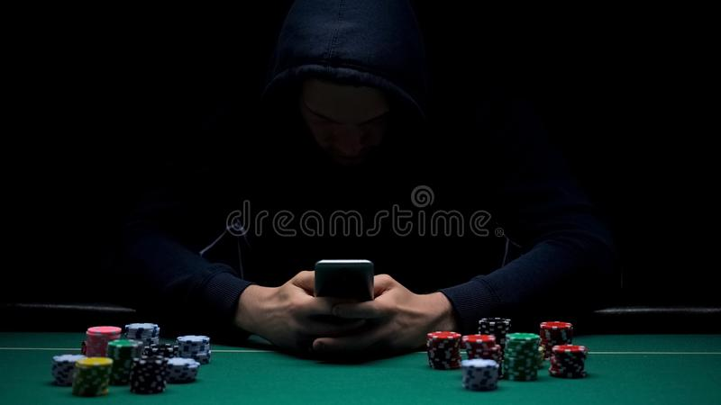 Jeu sur Internet jouant masculin anonyme sur le smartphone APP, affaires illégales, intoxiqué photographie stock