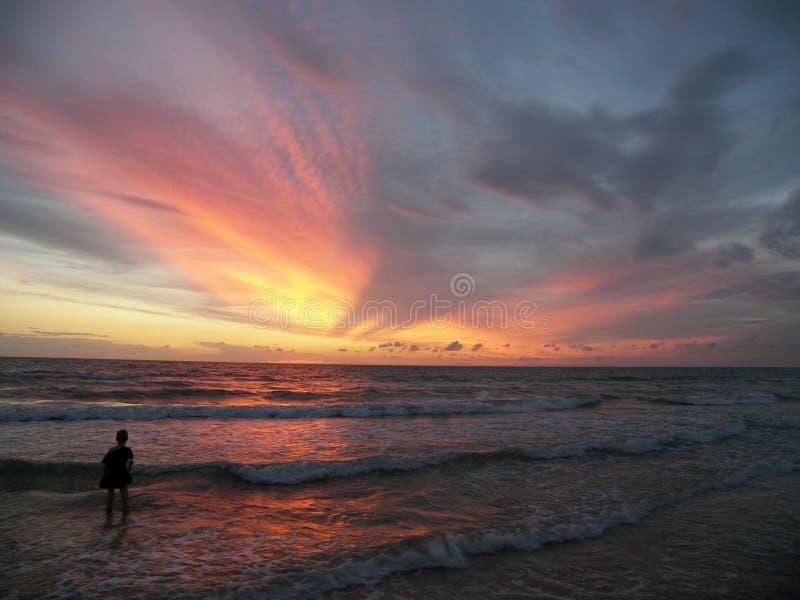 Jeu sur la plage au coucher du soleil images stock