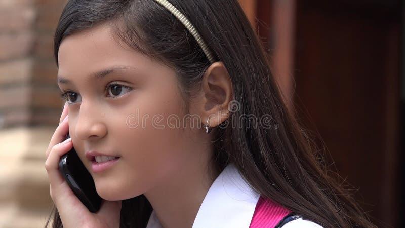Jeugdig Columbiaans Meisje die Celtelefoon met behulp van stock foto