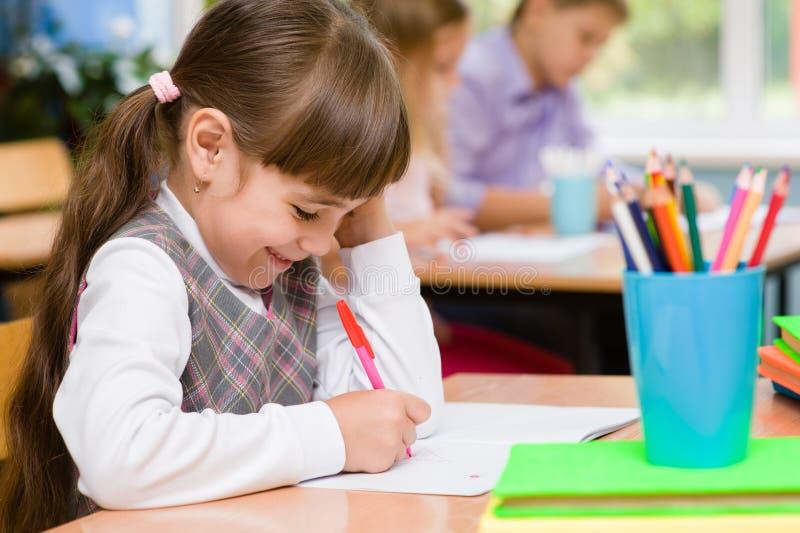 Jeune écolière dans la salle de classe photographie stock libre de droits