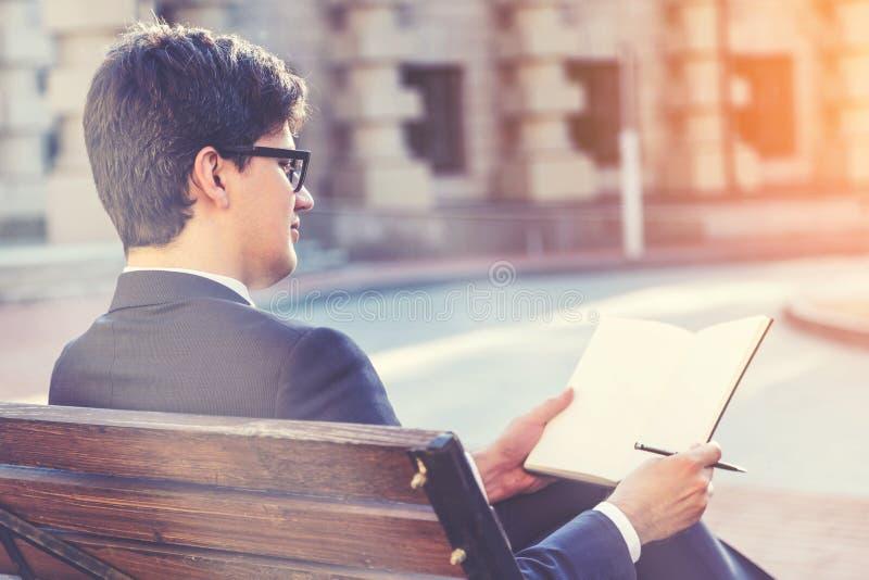 Jeune écriture d'homme d'affaires en bloc-notes, modifié la tonalité images stock