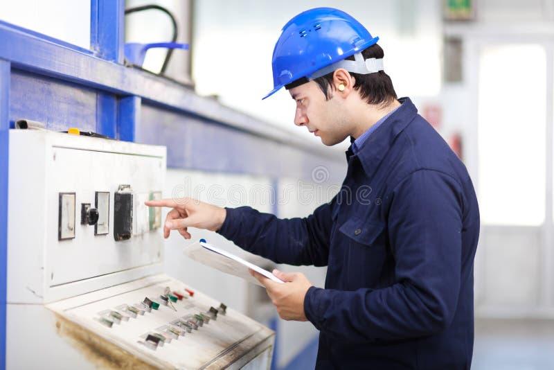 Jeune électricien professionnel au travail photo stock