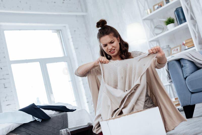 jeune épouse aux cheveux foncés se sentant fâchée après trahison de mari image stock