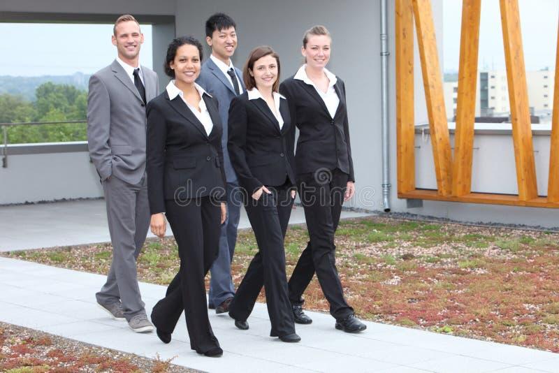 Jeune équipe élégante d'affaires marchant ensemble image libre de droits