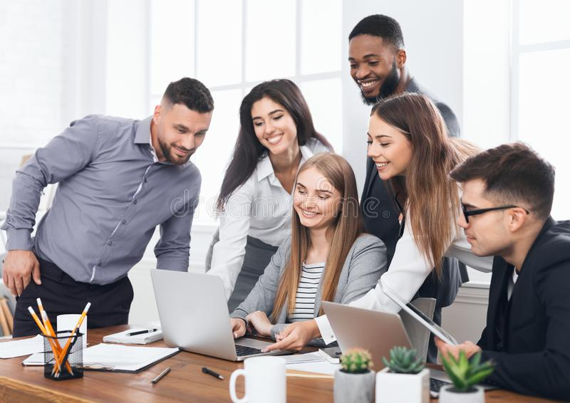 Jeune équipe créative de directeurs travaillant avec le nouveau projet image stock