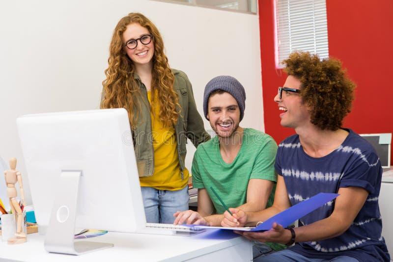 Jeune équipe créative lors de la réunion photo libre de droits
