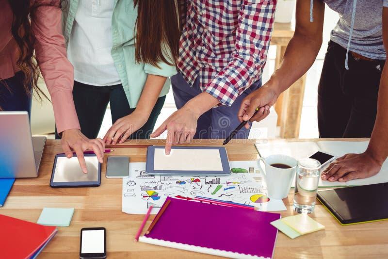 Jeune équipe créative travaillant ensemble images stock