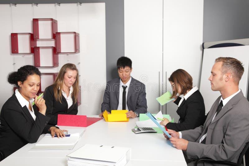 Jeune équipe d'affaires ayant une réunion image stock