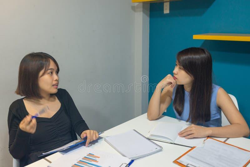 Jeune équipe d'affaires discuter au sujet du rapport financier photographie stock libre de droits