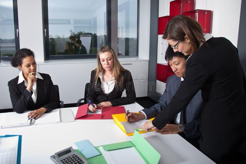 Jeune équipe d'affaires lors d'une réunion photo libre de droits