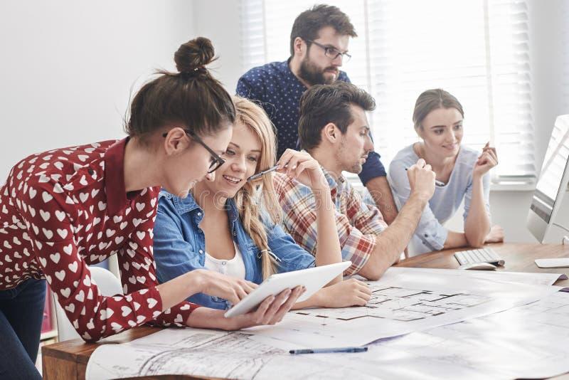 Jeune équipe d'architectes images libres de droits