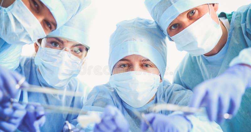Jeune équipe de chirurgie dans la salle d'opération photo stock