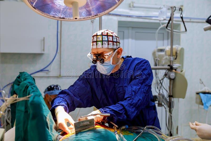 Jeune équipe de chirurgie dans la salle d'opération image stock