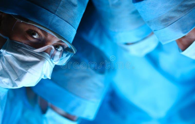 Jeune équipe de chirurgie dans la salle d'opération photo libre de droits