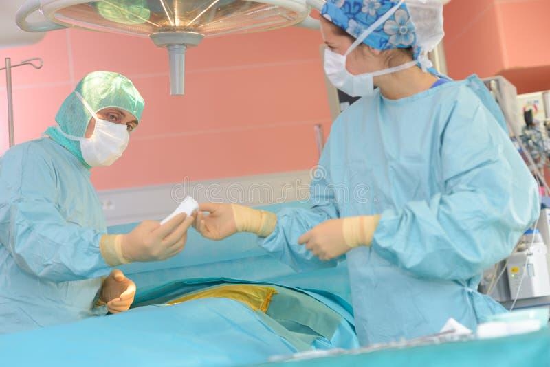 Jeune équipe de chirurgie dans la salle d'opération photos stock
