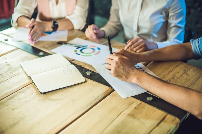 Jeune équipe de collègues faisant la grande discussion de réunion dans le bureau coworking moderne Procédé de travail d'équipe Ba images stock
