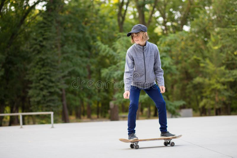 Jeune équitation sportive de fille sur le longboard en parc photo libre de droits