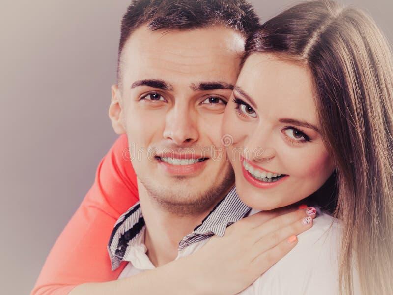 Jeune étreindre de sourire heureux de couples Amour photographie stock