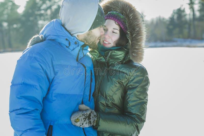 Jeune étreindre romantique de couples extérieur dans le jour givré d'hiver image libre de droits