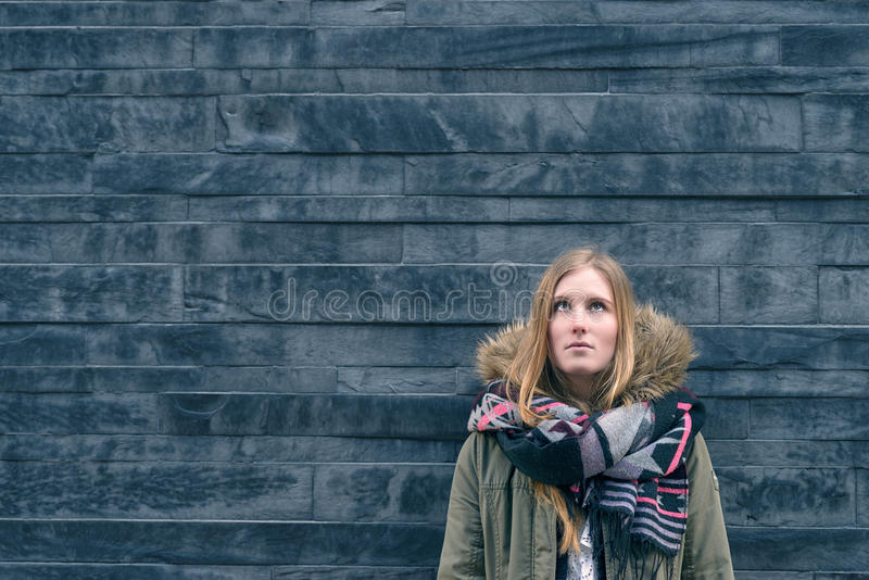 Jeune étudiant à la mode se tenant pensant photographie stock libre de droits