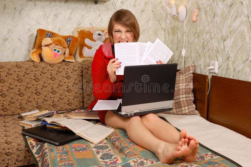 Jeune étudiant avec les papiers et l'ordinateur portatif photo libre de droits